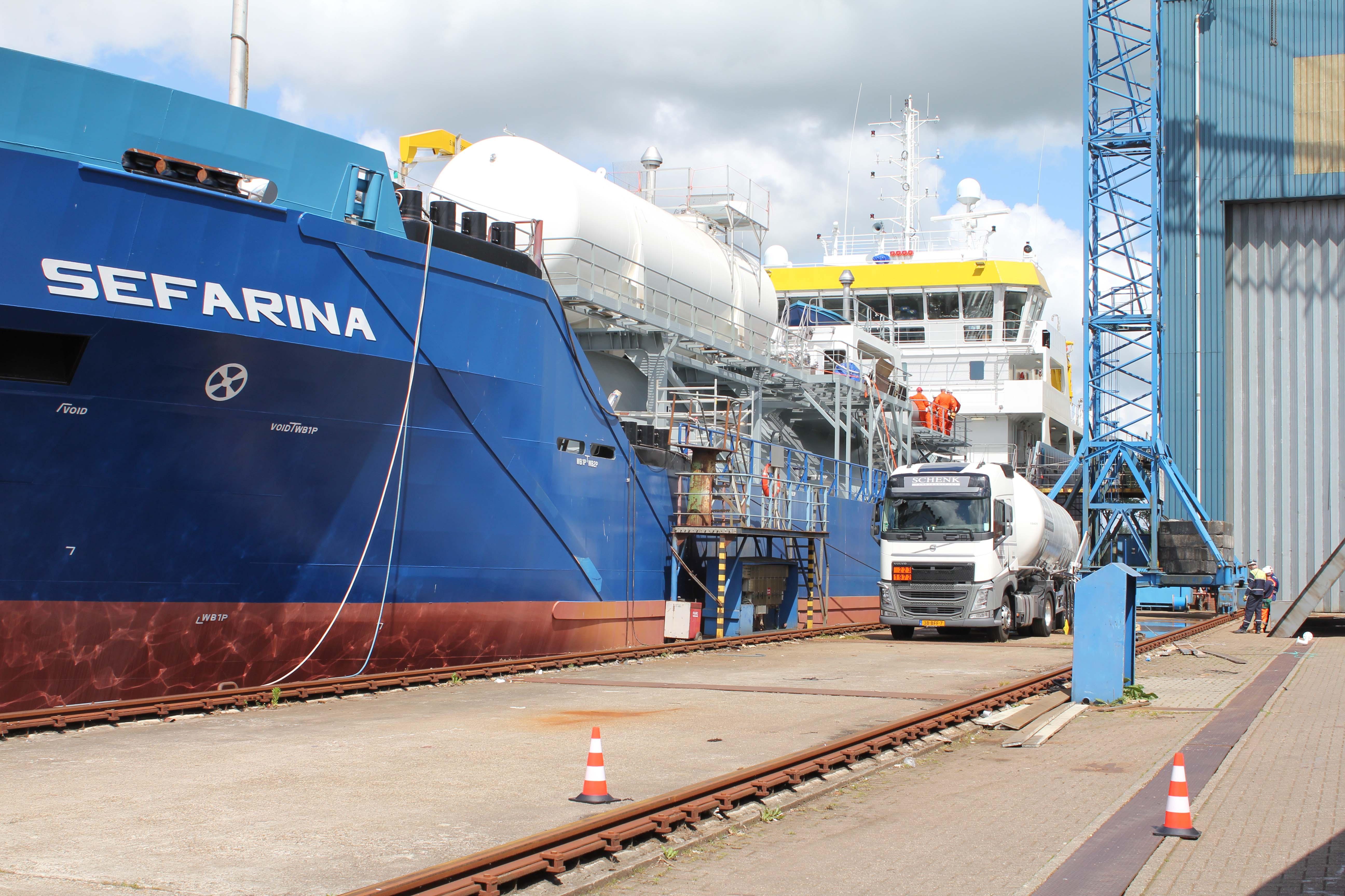 Fotot van LNG-aangedreven tanker Sefarina van rederij Chemgas Shipping, die bij de SCHN scheepswerf in Foxhol voor het eerst werd gebunkerd met vloeibaar aardgas.