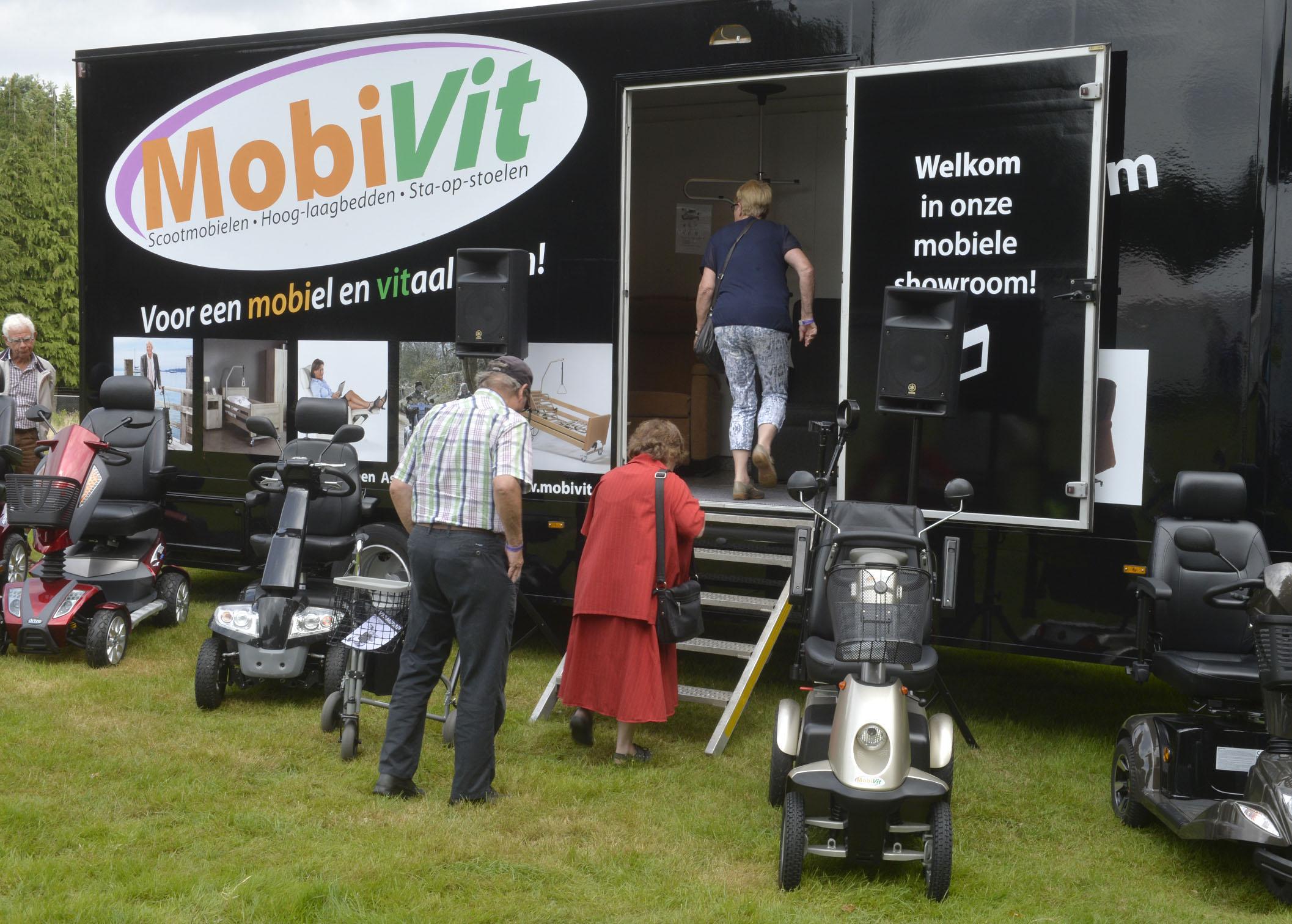 Foto bij persbericht over nieuwe mobiele showroom van de Drentse hulpmiddelenspecialist MobiVit in Emmen, Assen en Schoonoord