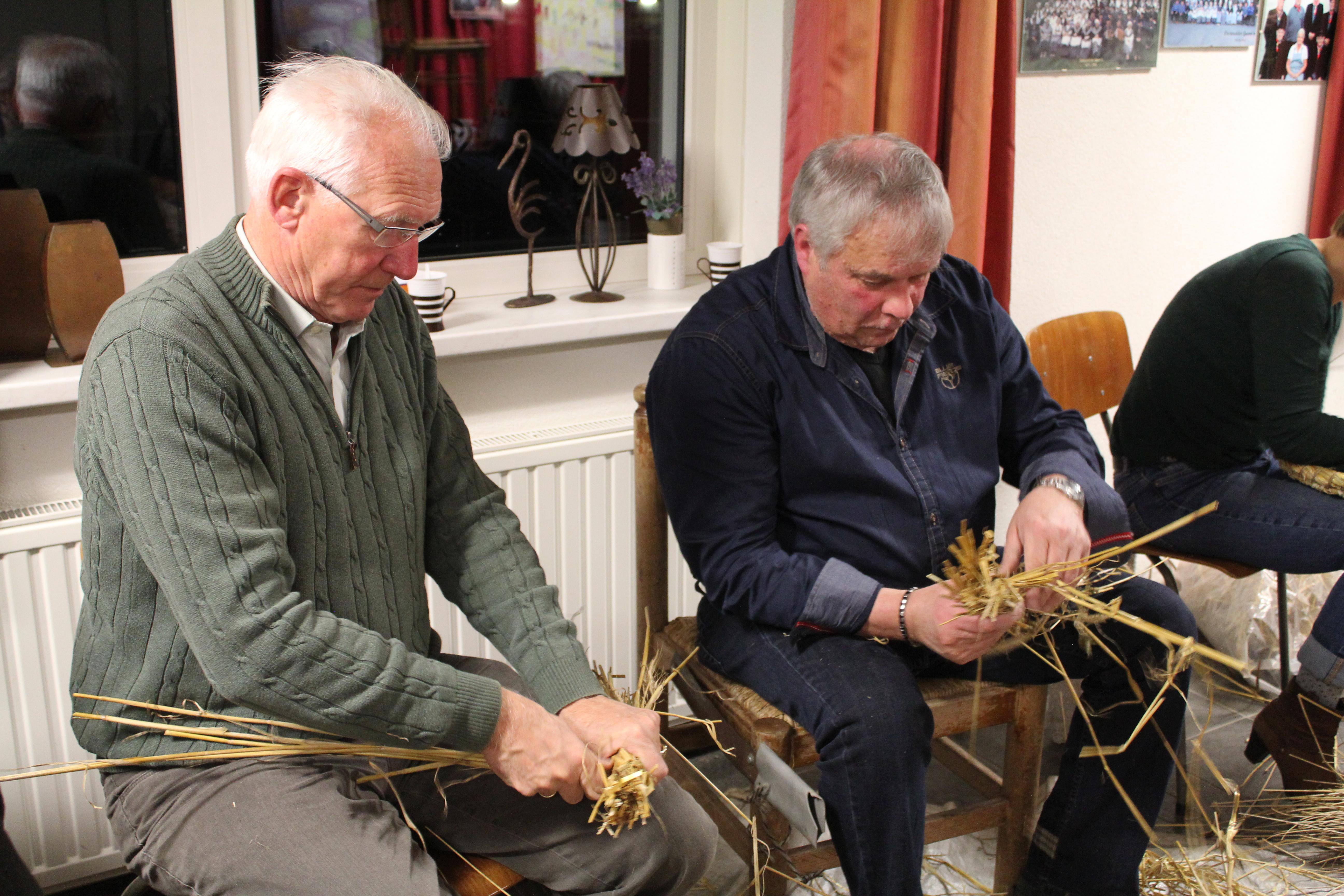 Reportage: cursus strodokken binden bij Onstwedder Gaarv'n.