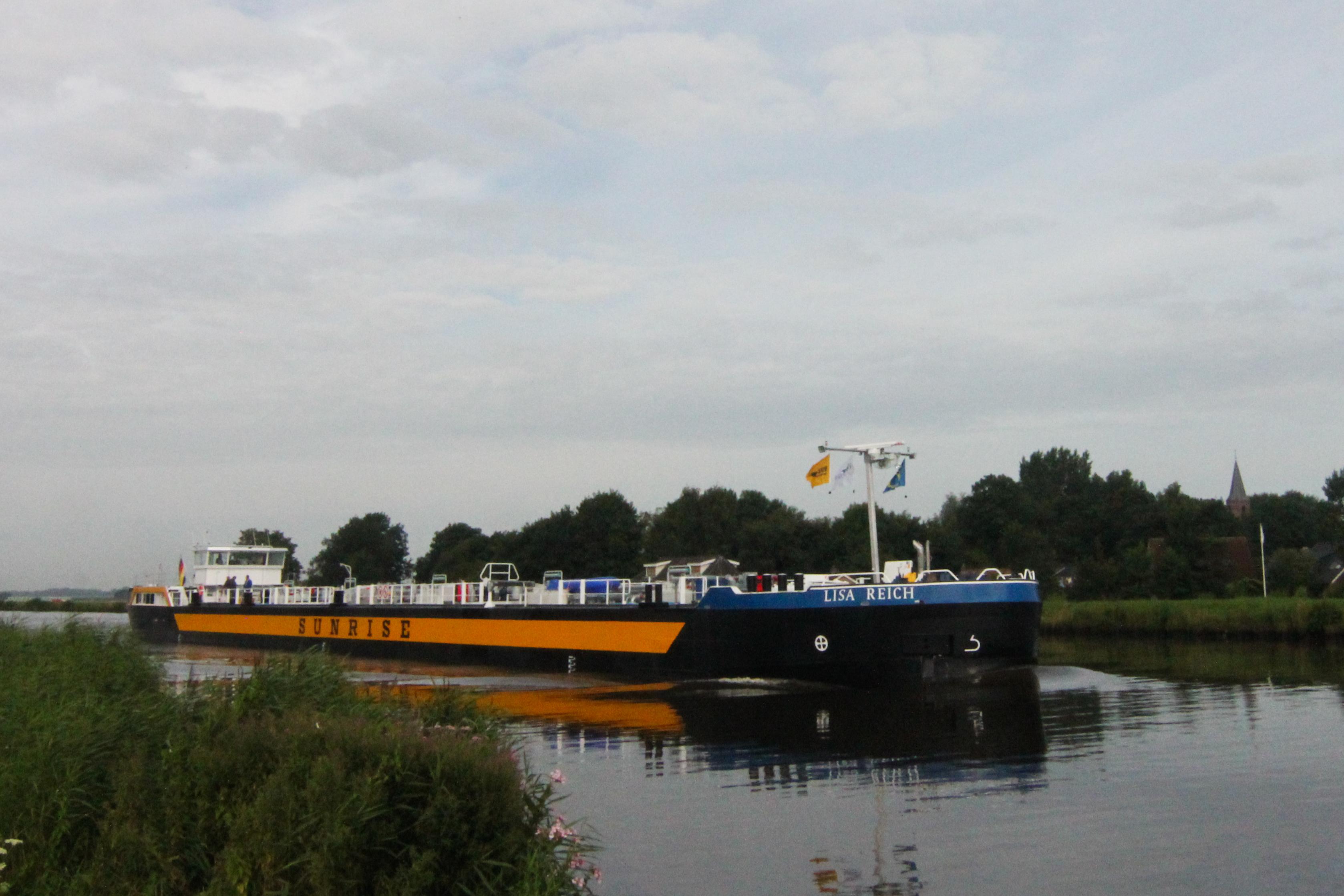 foto van de gloednieuwe binnenvaarttanker Lisa Reich die GS Yard in Groningen bouwde in opdracht van Reich Schifffahrtsbetriebe uit het Noord-Duitse Lauenburg. De foto is gepubliceerd bij een artikel over dit schip in De Binnenvaartkrant.