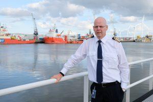 De nieuwe havenmeester van Groningen Seaports Pieter van der Wal in de haven van Delfzijl.