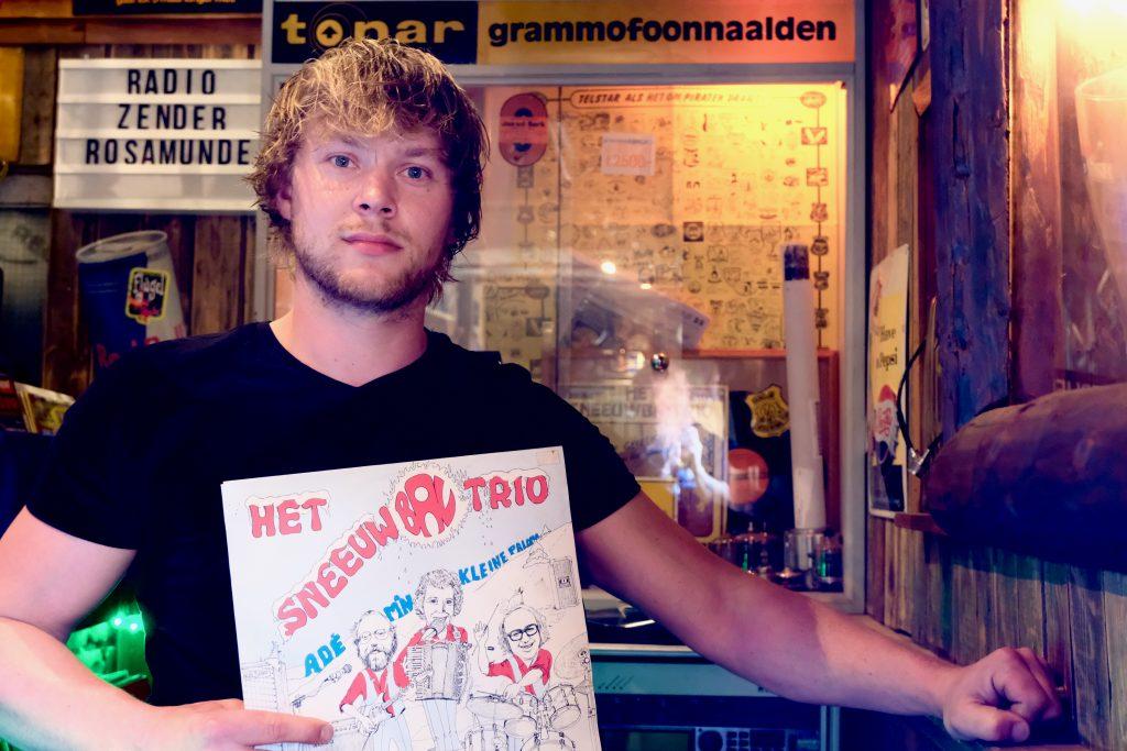 Vinylverzamelaar Henk Langenburg uit 2e Exloërmond in zij piratenstudio Radio Rosamunde (foto Jan Johan ten Have)