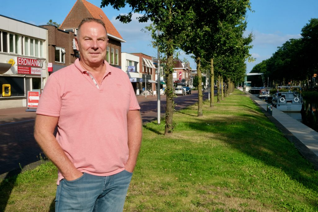 Voorzitter Peter Erdman van ondernemersvereniging Mercurius Ter Apel in het centrum van Ter Apel (foto Jan Johan ten Have).